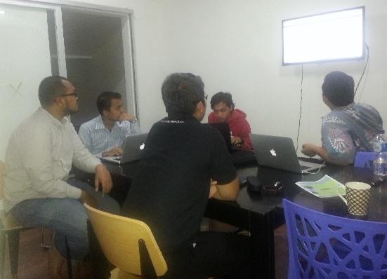 Rapat finalisasi website JA di kantor Saklik, Jl. Sidomukti 20 Bandung bersama mas Jalu (paling kanan), Kun (baju merah), Alfian dan Sigit (sebelah kiri saya), berlangsung hingga pukul 21.00.