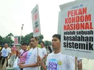 Aksi Mahasiswa menolak Pekan Kondom Nasional yang dicanangkan Menteri Kesehatan. Demo berlangsung di Bundaran HI, Jakarta, kemarin (1/12/2013).