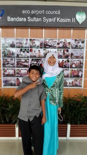Hana dan Izul di Bandara Sultan Syarif Kasim II, Pekanbaru.