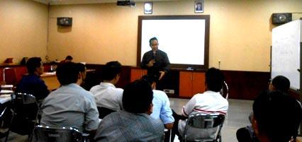 Andra Donatta dalam sesi Pelatihan Presentation Skill bagi para Service Engineer