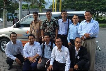 Zakaria Zain, berdiri sebelah kanan saya (berbatik) usai di Halaman Restoran Tempo Dulu, Surabaya.