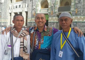 Saya bersama Boby dan pak Beta (kanan).